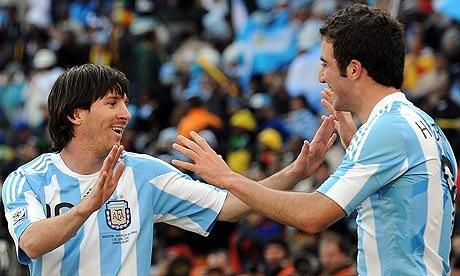 Lionel-Messi-celebrates-w-006